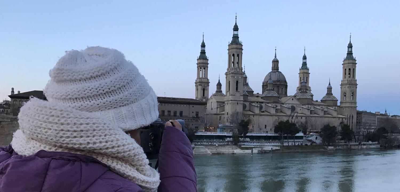 mujer realizando fotos a la basilica del Pilar de Zaragoza